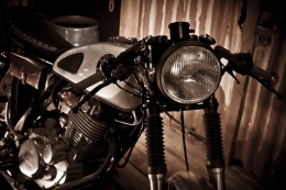 YAMAHA SR 500 CAFERACER YARDBUILT ACE CAFE UMBAU TOP SPEED PATINA FRONT LAMPE PULVERBESCHICHTEN POWER