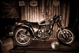 YAMAHA SR 500 CAFERACER YARDBUILT ACE CAFE UMBAU TOP SPEED PATINA PHOTOSHOOTING PETER HAWK FASTER SONS 2KF